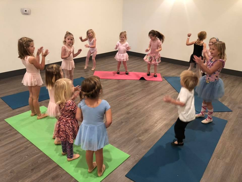 12 toddlers and preschoolers dancing in a ballet class